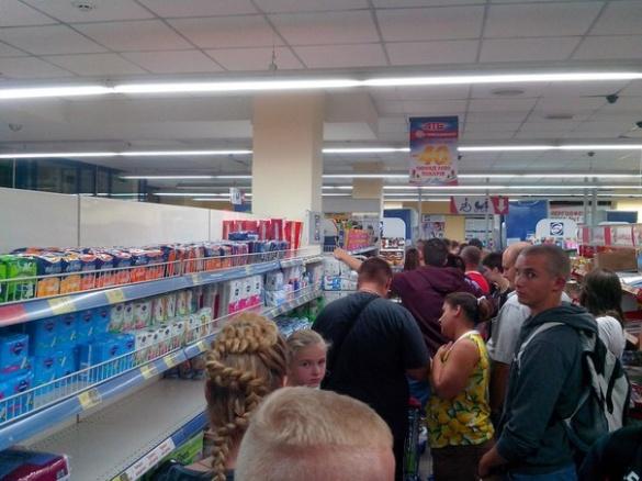 О першій годині ночі у черкаському магазині люди скуповували все