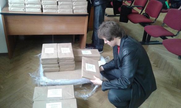 У Черкасах видають виборчі бюлетені дільничним комісіям (фотофакт)