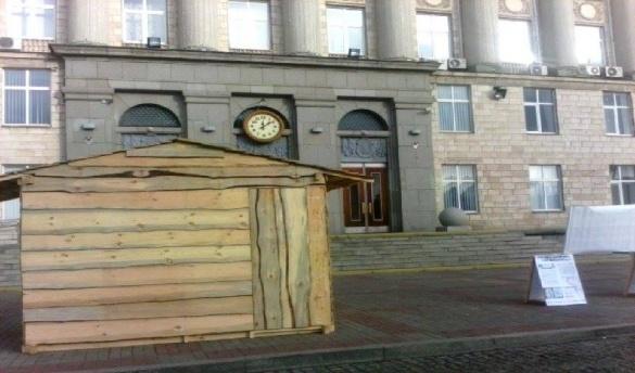 У Черкасах мітингувальники на Соборній площі поставили нову хатинку (ФОТО)