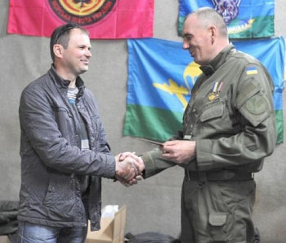 Черкаського волонтера нагородили нагрудним знаком