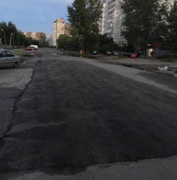 На вулиці Героїв Дніпра поклали новенький асфальт після дощу