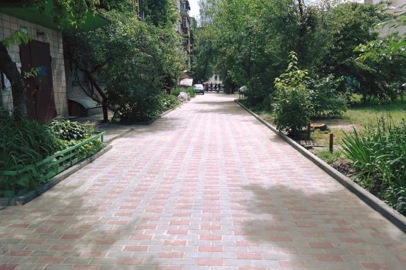 Тротуари у дворах черкаських багатоповерхівок вже замощують плиткою