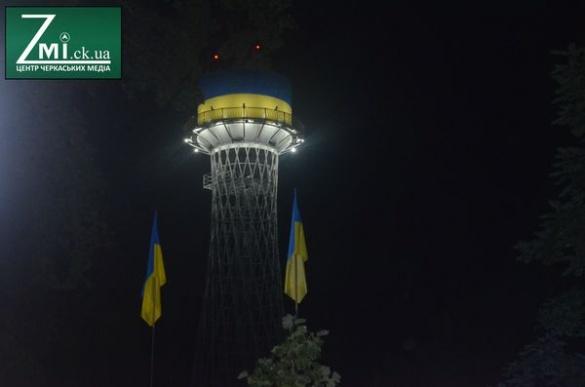 Мер та жителі Черкас зі сльозами на очах зустріли День Незалежності (ФОТО)