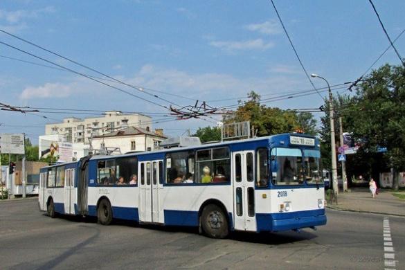 Яма на одній із вулиць Черкас перешкоджає руху тролейбусів (ВІДЕО)