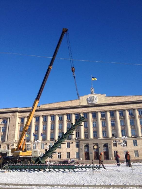 На Соборній площі в Черкасах розпочали монтувати новорічну ялинку