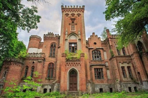 Надзвичайної краси замок на Черкащині розпадається на цеглини (ФОТО)