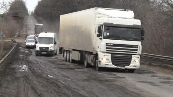 Коли водіям чекати у Черкаській області нормальних доріг (ВІДЕО)
