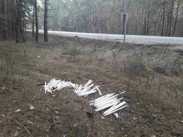 Невідомі скинули небезпечні відходи на узбіччя дороги на Черкащині (ФОТО)