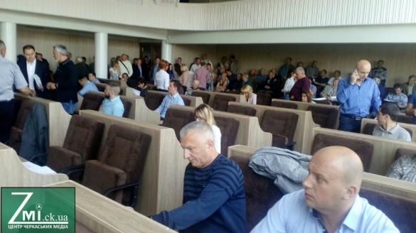 Черкаські депутати показали, що фотографують на телефон (ВІДЕО)