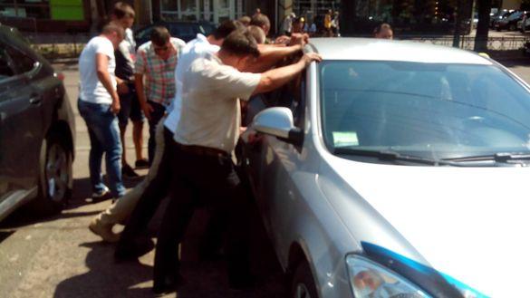 У центрі Черкас депутати кошеня рятували (ФОТО)