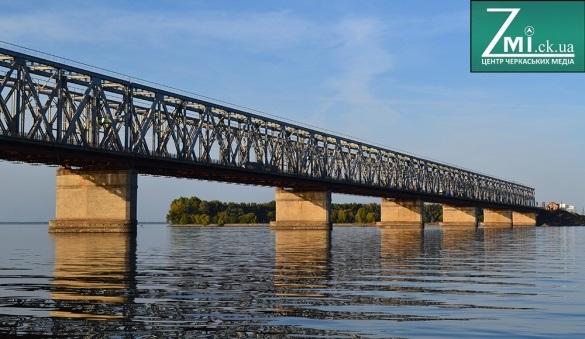 На черкаському мосту до кінця місяця забетонують лівий проїзд