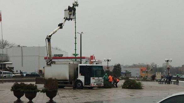 У Черкаській області полагодили ялинку, яку зламала негода (ФОТО)