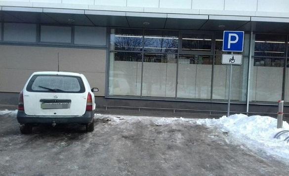 Біля черкаського супермаркету патрульні оштрафували