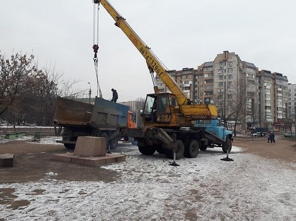 У Черкасах знесли комуністичний пам'ятник (ФОТО)