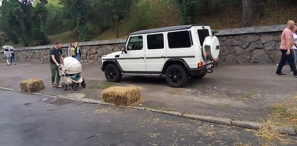 Закон не писаний: нахабний водій у Черкасах проїхав тротуаром поруч перекритої дороги (ВІДЕО)