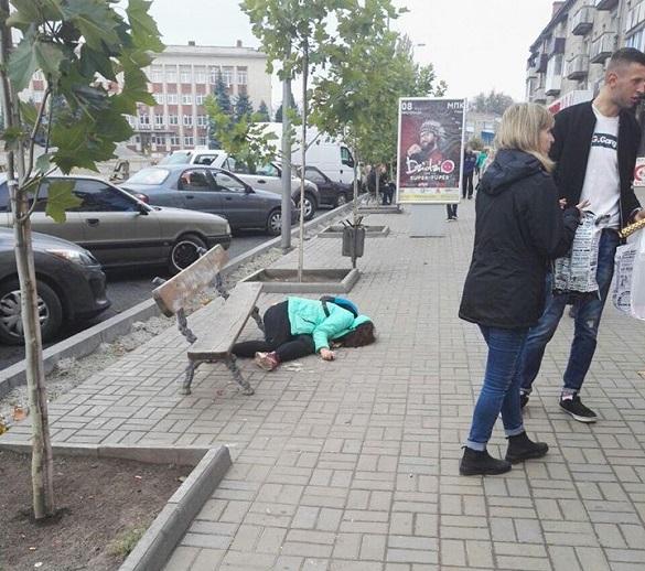 Лежала на асфальті: в Умані перехожі оминали увагою дівчину, якій стало зле