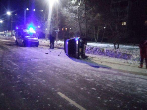У новому році - з травмами: у Черкасах через ДТП перекинулося авто (ФОТО)