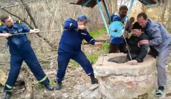 Хотів набрати води: на Черкащині рятували чоловіка, який впав у глибоку криницю