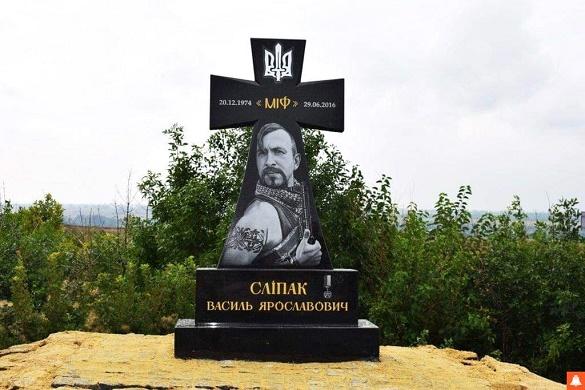 Черкащанин виготовив та встановив на Донбасі меморіал Василю Сліпаку