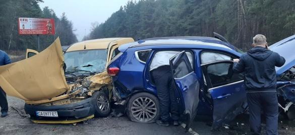 Вщент розбиті машини: на черкаській дамбі сталася масштабна ДТП (ФОТО)