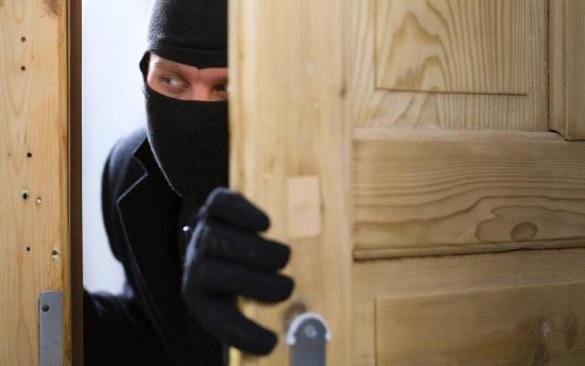 Двоє зловмисників на Черкащині проникли до будинку, побили та обікрали пенсіонерку (ФОТО)