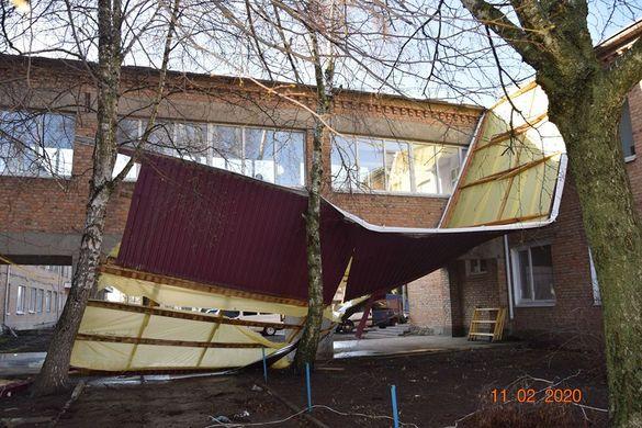 На Черкащині через пориви вітру знесло покрівлю амбулаторії (ФОТО)