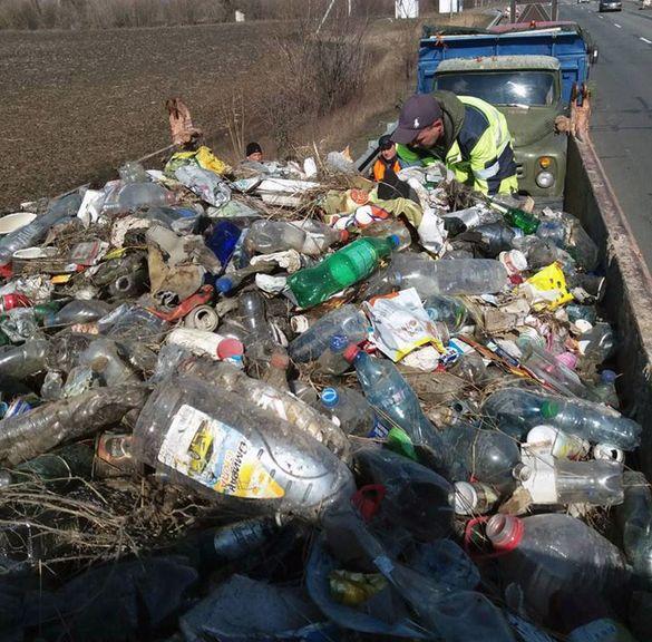Дорога - не сміттєзвалище. Автодор показав купи сміття на дорогах Черкащини (ФОТО)
