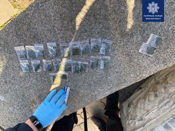 Прямо на зупинці: курця з наркотиками впіймали у Черкасах