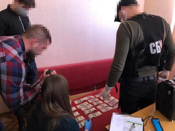 Посадовця державної виконавчої служби викрила на хабарі СБУ в Черкасах