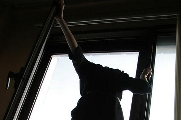 Із вікна багатопорхівки у Черкасах випала дівчина