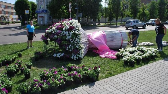 Масштабну квіткову композицію встановили на Черкащині (ФОТО)