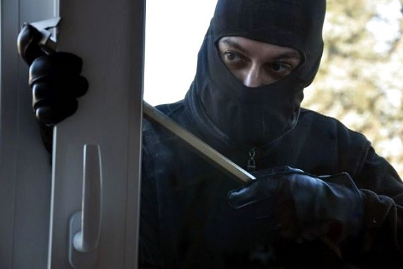 У Черкасах патрульні затримали чоловіка, який проник до чужої квартири (ФОТО)