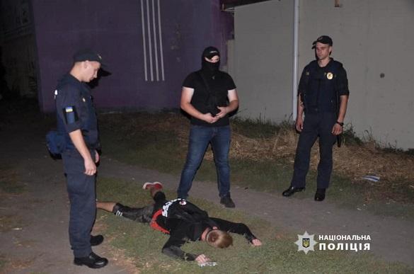 У Черкасах спіймали хлопця, який зберігав понад 80 пакетиків з марихуаною (ВІДЕО)