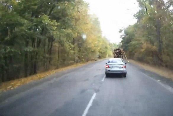 Поблизу Черкас п'ятиметрові колоди випали з вантажівки перед легковиком (ВІДЕО)