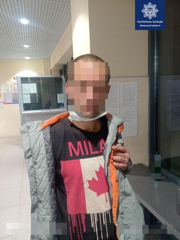 Черкаські патрульні затримали злодія, який вкрав гаманець у чоловіка (ФОТО)