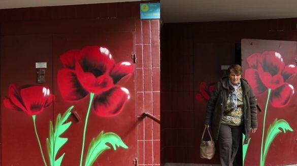 Чому на дверях багатоквартирних будинків у Черкасах з'являються яскраві квіти?
