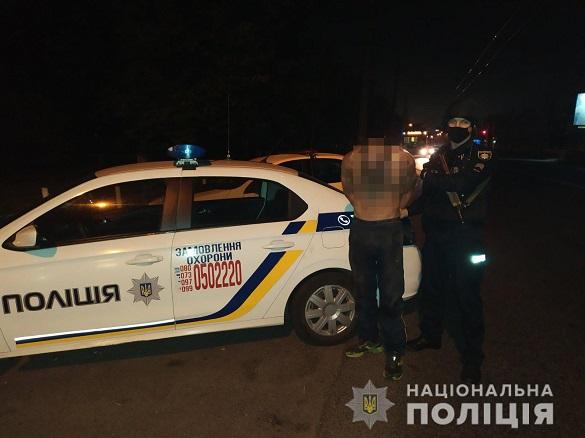 Розбив двері та пошкодив автівки: в Черкасах п'яний чоловік влаштував дебош