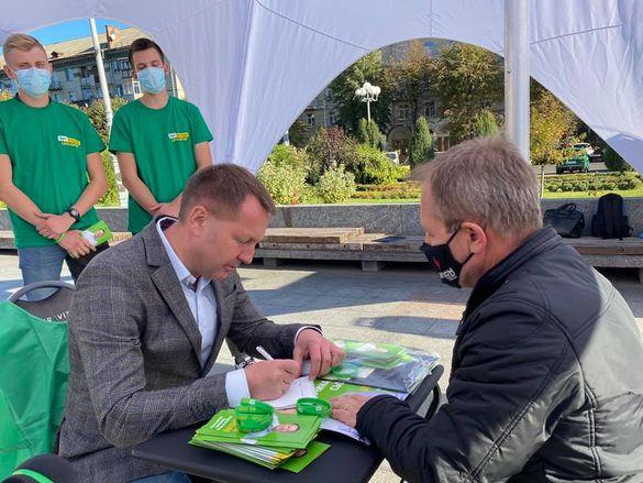 На Соборній площізапрацювала відкрита громадська приймальня Віталія Ільченка