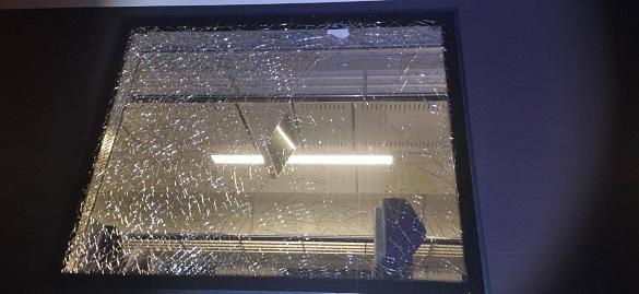Закидали камінням та понівечили вікна: невідомі пошкодили новий дизельний потяг Черкаси-Сміла (ФОТО)
