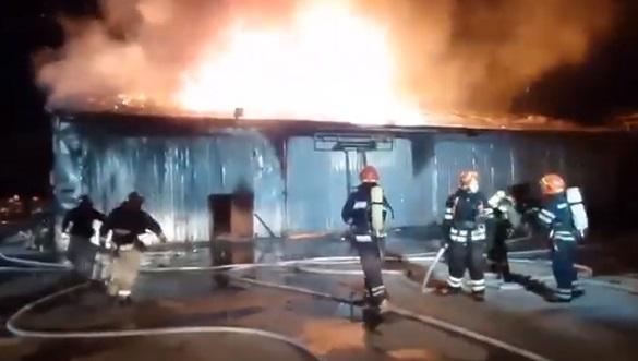У Черкасах виникла масштабна пожежа в споруді для сушки деревини