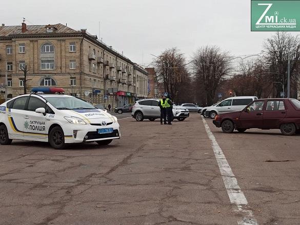 У Черкасах штрафують автомобілістів, які припаркувалися на бульварі навпроти ОДА (ФОТО)