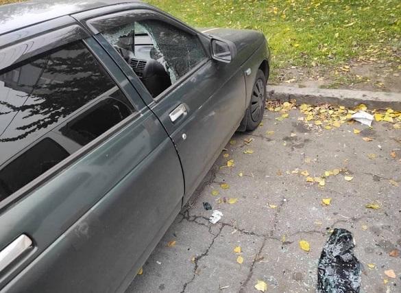 В одному з мікрорайонів Черкас невідомі пошкодили два автомобілі (ФОТО)