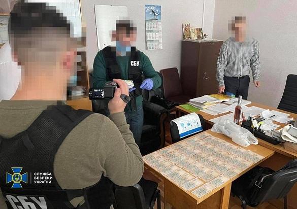 Під час отримання хабара затримали посадовця Черкаської ОДА