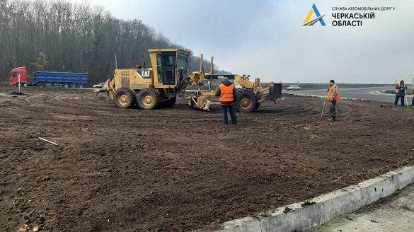 Біля Умані продовжують ремонтувати дорогу міжнародного значення (ФОТО)