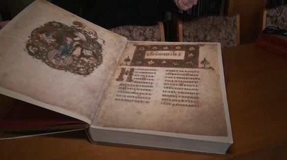 Відомості про біблійні події, життя святих, історія: у черкаській бібліотеці представили копії рукописних книг Київської Русі (ФОТО)
