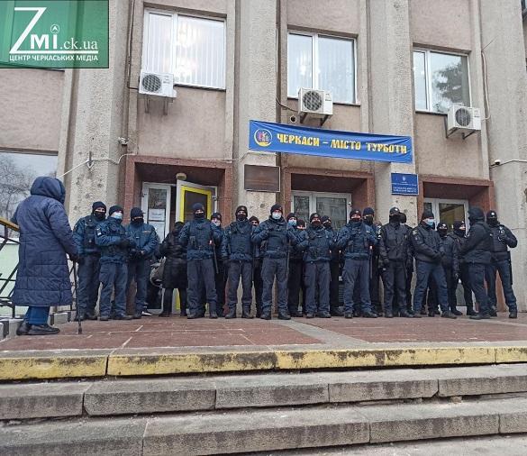 Під час сесії Черкаської міськради між поліцією та активістами виникла штовханина (ФОТО, ВІДЕО)