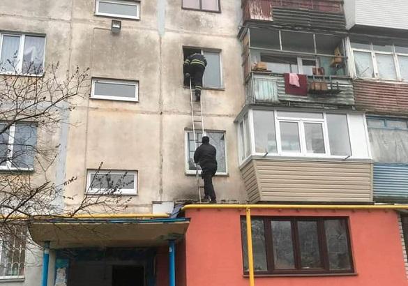Не відчиняла двері та не відповідала на дзвінки: черкаські патрульні допомогли жінці без свідомості