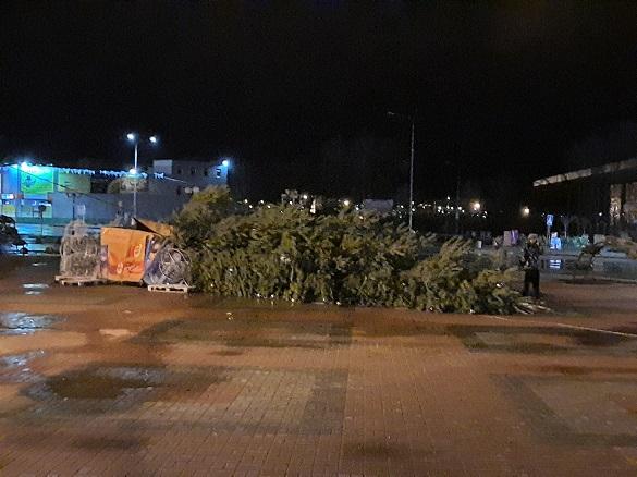 У Каневі на площі впала новорічна ялинка (ФОТО)
