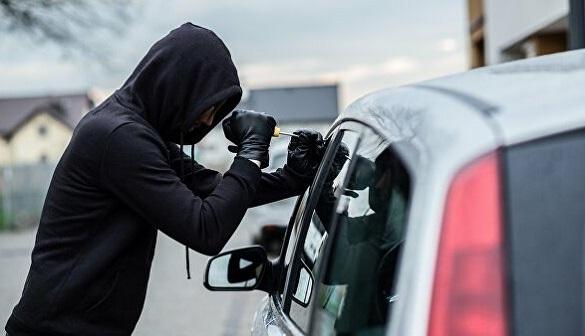 На Черкащині у чоловіка викрали автомобіль, який той залишив біля крамниці (ВІДЕО)