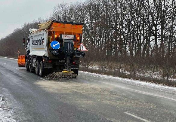 Без обмежень та ускладнень у русі: на дорогах Черкащини працювало більше 70 спецмашин